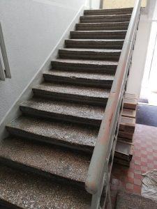 """""""Saulės Dominija"""" – nuo š.m. gegužės mėn. vykdo Šiaulių miesto poliklinikos renovaciją. Laiptai PRIEŠ remontą."""
