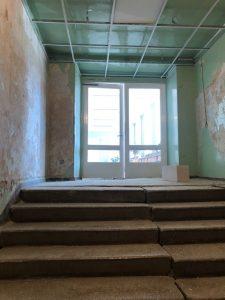 """""""Saulės Dominija"""" - nuo š.m. gegužės mėn. vykdo Šiaulių miesto poliklinikos renovaciją.  Laiptai PRIEŠ remontą."""