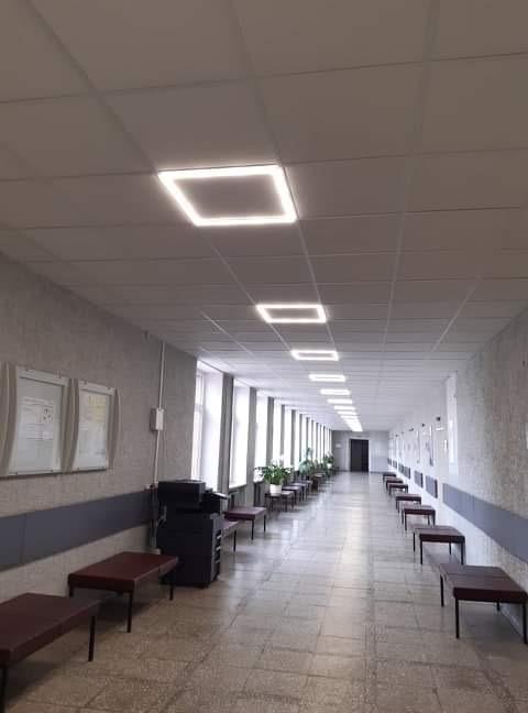 """""""Saulės Dominija"""" - nuo š.m. gegužės mėn. vykdo Šiaulių miesto poliklinikos renovaciją. Koridorius PO remonto. Atliktas pakabinamų lubų ir LED šviestuvų įrengimas."""