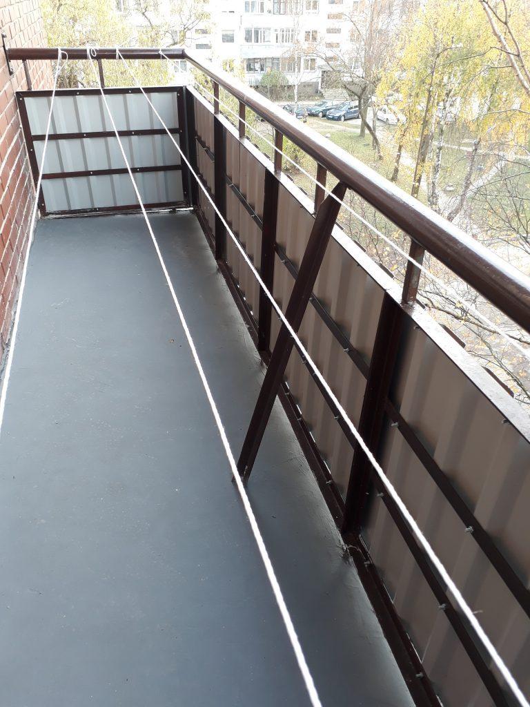 Balkono vaizdas PO remonto.  Atliktas  balkono paprastasis remontas (renovacija, nekeičiant laikančiųjų konstrukcijų).